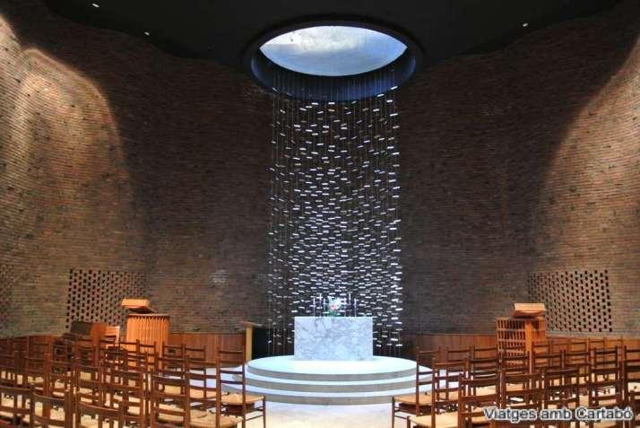 Interior de la MIT Chapel d'Eero Saarinen amb vistes a l'altar