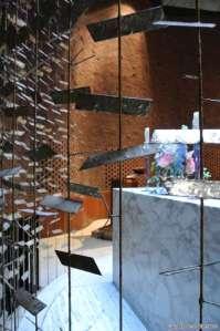 Detall Altar MIT Chapel dEero Saarinen amb escultura Harry Bertoia