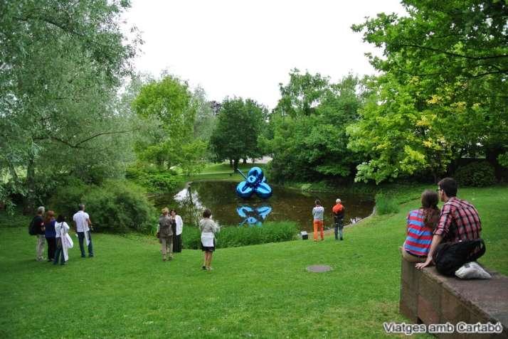 Llacuna de la Fundació Beyeler amb l'obra Balloon Flower (Blue) de Jeff Koons