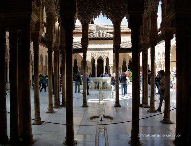 El Patio de los leones de l'Alhambra apareix entre les columnes