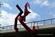 Una escultura penjant d'una via ràpida elevada