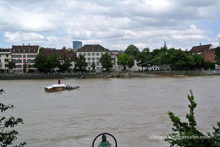 La barca va lligada a un cable i aprofita el corrent per creuar