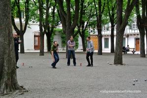 Basilea gent jugant a petanca