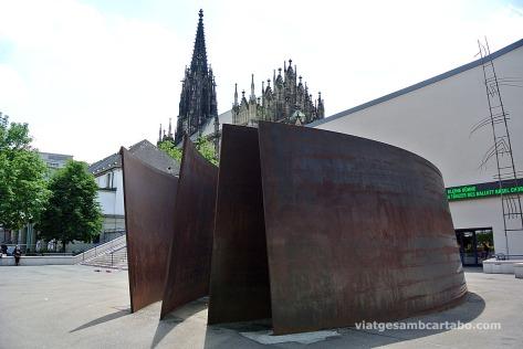 Una espectacular escultura de Richard Serra en una plaça de Basilea