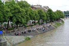 Passejant i prenent el sol al costat del riu Rin