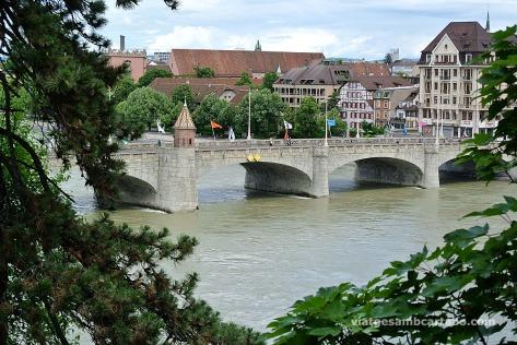 El preciós pont vell que creua per damunt del riu Rin a Basilea