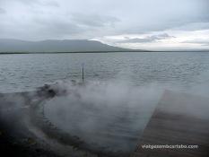 Vapors d'aigua calenta sortint del llac