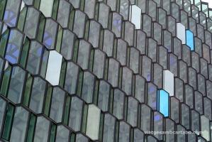 Detall dels vidres amb colors blaus
