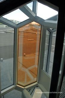 Detall de vidre de color taronja