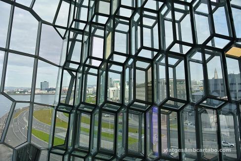 Els vidres també permeten gaudir d'espectaulars vistes de Reykjavik