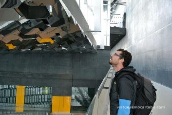 Admirant el sostre d'Olafur Eliasson