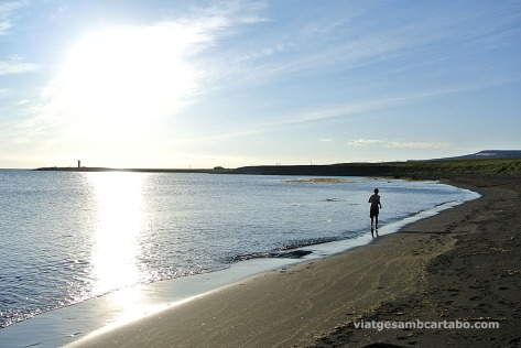 Ritual per entrar a l'aigua: primer córrer per la platja