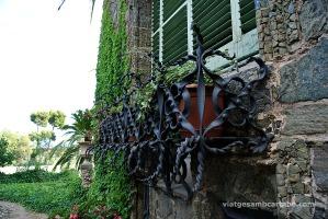Detall del ferro forjat de les jardineres
