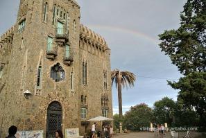 L'arc de Sant Martí acaricia la Torre Bellesguard