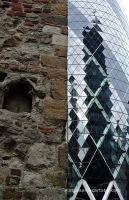 St Helen's Bishopsgate costat per costat de la Gherkin Tower