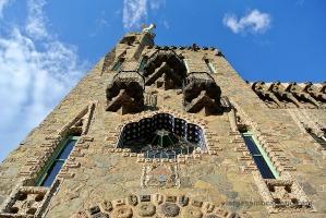 Visió des de baix de la façana i els balcons de la Torre de Bellesguard