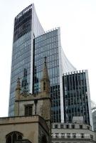 El Willis Building i davant l'església de St. Andrews