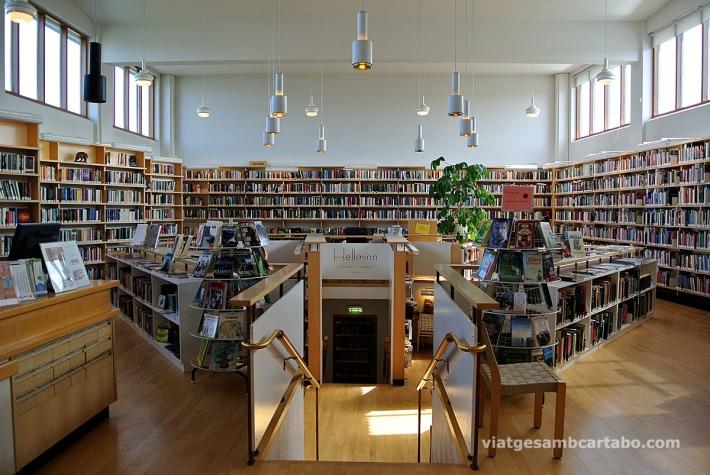 Biblioteca de la Nòrdic House amb el Pou de llibres al centre