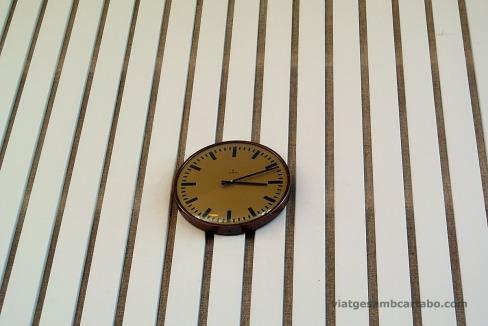 Detall del panelat de fusta i rellotge d'època