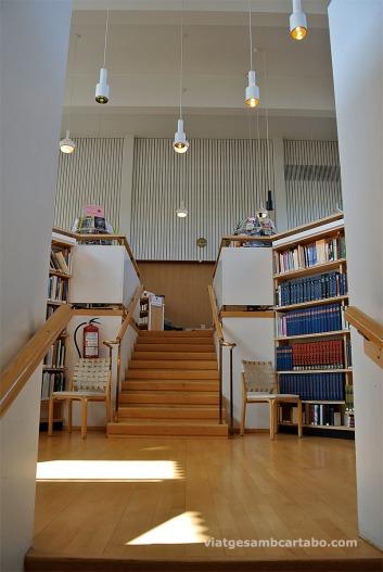 Pou de llibres i escales que duen al soterrani