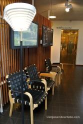 Vestibul amb mobiliari i llum d'Alvar Aalto