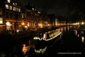 Vaixell navegant pels canals de nit