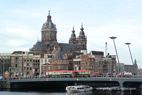 Vistes de la Oude Kerk d'Amsterdam des de l'OBA, la Biblioteca Pública