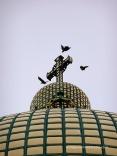 La Cúpula amb les teules daurades de coure i tres corbs