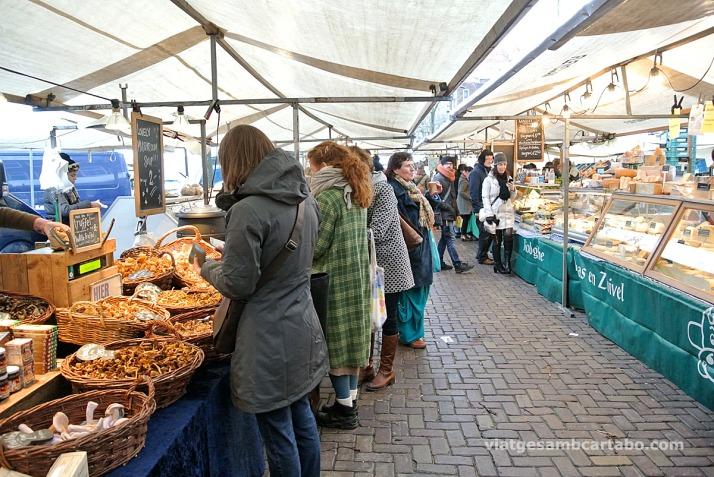Al mercat de Noordermarkt a Jordaan s'hi pot comprar de tot
