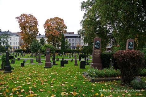 El cementiri amb la ciutat al fons