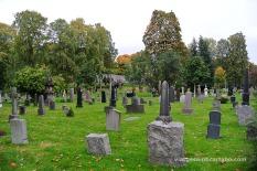 Les tombes aquí són senzilles i gents recarregades