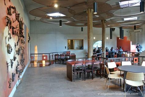 Sala de tastos amb mural de Guinovart