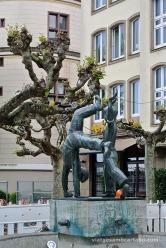 Un dels símbols de Düsseldorf, uns nens fent una roda, suposem que després de beure Altbier