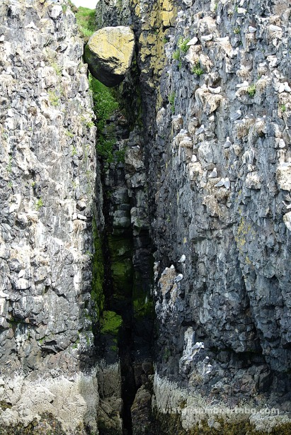 Stykkishólmur pedra entre dos penyasegats