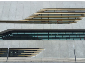 Grans obertures en la façana.