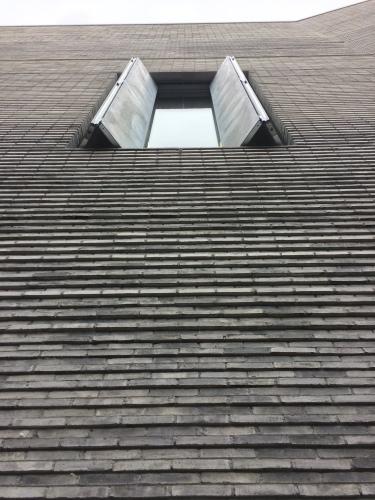 Poques obertures protegeixen les obres de la llum. Em recorda el Whitney Museum de Marcel Breuer